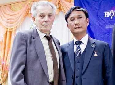 Chủ tịch Hội người Việt tại Voronezh gặp gỡ với cựu chiến binh Nga             Ảnh Phong Vũ