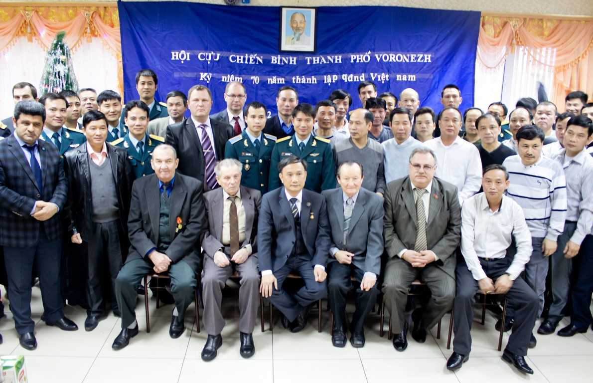 Chụp ảnh lưu niệm giữa các cựu chiến binh Việt - Nga - Ảnh Phong Vũ