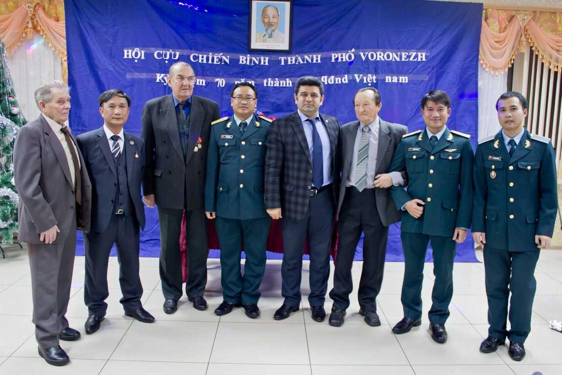 Chụp ảnh lưu niệm giữa các cựu chiến binh Việt - Nga - Ảnh: Phong Vũ