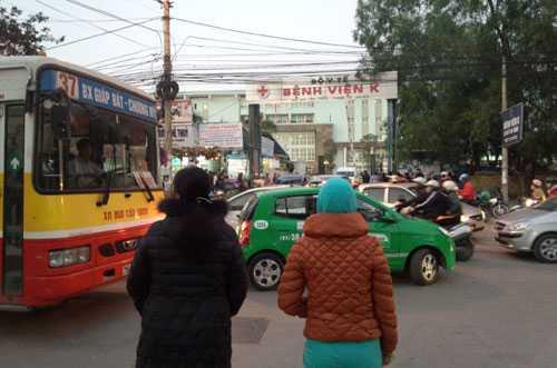 Muốn qua đường, các bệnh nhân phải dìu nhau thành từng tốp để tránh xe cộ