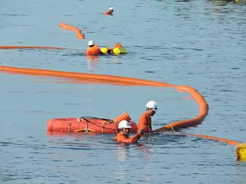 Mặc dù tuyến cáp ngầm ra đảo Lý Sơn bị sóng đánh trồi lên mặt nước nhưng vẫn đảm bảo an toàn cấp điện