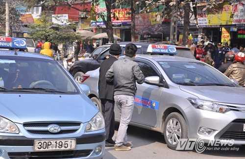 Người dân qua đường giữa dòng xe cộ đông đúc trước cổng viện K cơ sở Tân Triều