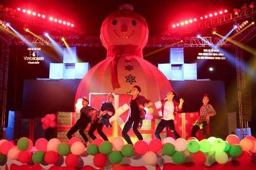 Nhóm nhảy ST319 mang đến những bước nhảy sôi động, hâm nóng Đêm hội Giáng sinh.