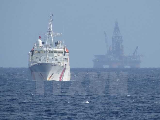 Tàu Trung Quốc bảo vệ giàn khoan Hải Dương-981 hạ đặt trái phép trong vùng đặc quyền kinh tế và thềm lục địa của Việt Nam - Ảnh: TTXVN