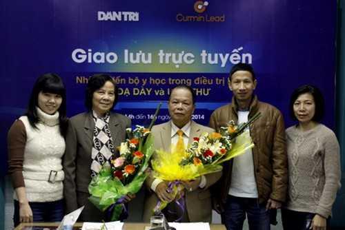 Phó Tổng Thư ký toà soạn báo điện tử Dân trí Cấn Mạnh Cường (thứ 2 từ phải sang) tặng hoa chào mừng các khách mời tham gia cuộc giao lưu.