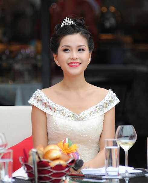 Trong khi đó, Diễm Trang khá nữ tính và duyên dáng với kiểu đầm đính sequin trắng, có tay áo xinh xắn. Á hậu được khen ngợi là rạng rỡ hơn sau cuộc thi tìm kiếm nhan sắc lớn nhất Việt Nam. Dù vậy cô vẫn cho biết, thời gian này người đẹp khá mệt mỏi vì lịch hoạt động dày và việc di chuyển nhiều giữa quê nhà Vĩnh Long, Hà Nội và TP.HCM cũng ảnh hưởng không ít đến sức khỏe của cô.