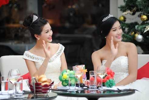 Diễm Trang và Huyền My không ngại không khí mùa đông se lạnh để khoác lên mình những bộ cánh trong trẻo, hóa hai nàng công chúa tuyết yêu kiều.