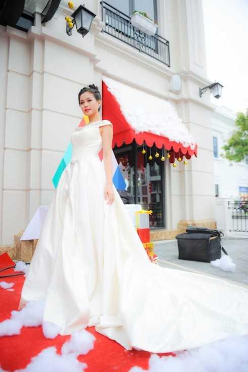 Người đẹp tự tin khoe vóc dáng kiêu sa trong bộ đầm trắng tinh, tựa nàng công chúa tuyết duyên dáng, tốt bụng.