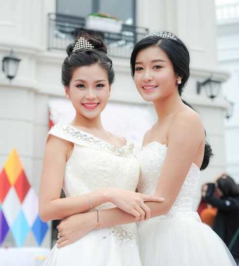 Hai người đẹp thân thiết khi có cơ hội gặp lại nhau ở chương trình.