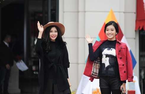 Sau khi hoàn tất phần giao lưu, hai Á hậu thay trang phục chào khán giả lần cuối trước khi chương trình khép lại.