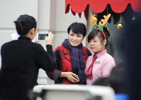 Sự kiện còn gây chú ý với sự xuất hiện của ca sỹ Phương Thanh. Bà mẹ một con diện trang phục thu đông ấm áp đến góp vui ở số Giáng sinh.