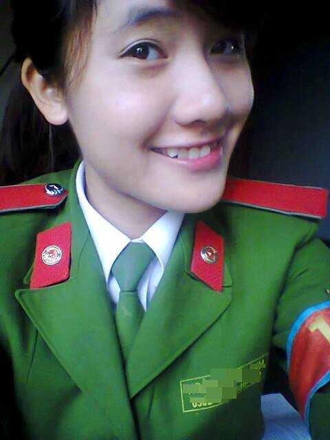 Linh đỗ 2 trường Học viện Cảnh sát với 25,5 điểm và Đại học Kinh tế - Đại học Quốc gia Hà Nội với 24 điểm. Là con cả trong gia đình có hai chị em nên trong suốt thời gian học cấp III Linh vừa học tốt, vừa đảm nhận vai trò một người chị quan tâm, chăm sóc em.