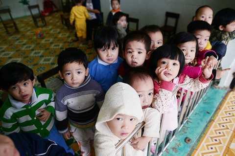Những ánh mắt thơ ngây của các em bé tại Mái ấm Hy vọng Nguyệt Biều, TP Huế trong một dịp ghé thăm của đoàn MobiFone RockStorm7