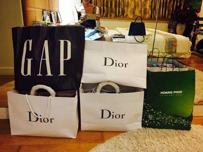 Những lần mua sắm, Trà Ngọc Hằng cũng không ngại chia sẻ thành tích shopping của mình. Những món đồ cô sắm sửa đều thuộc các thương hiệu từ bình dân đến đắt đỏ.