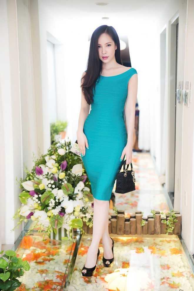 Trước đó, vào tối ngày 1/8, Ngọc Bích xuất hiện tại một sự kiện khai trương spa làm đẹp ở TP.HCM với ngoại hình xinh đẹp, nụ cười rạng rỡ. Set đồ cô mặc trị giá hơn 100 triệu với đầm bó sát Herve Leger 1.200 (25 triệu), túi xách Christian Dior 3.500 USD (75 triệu) và giày Christain Dior 1.200 USD (25 triệu)