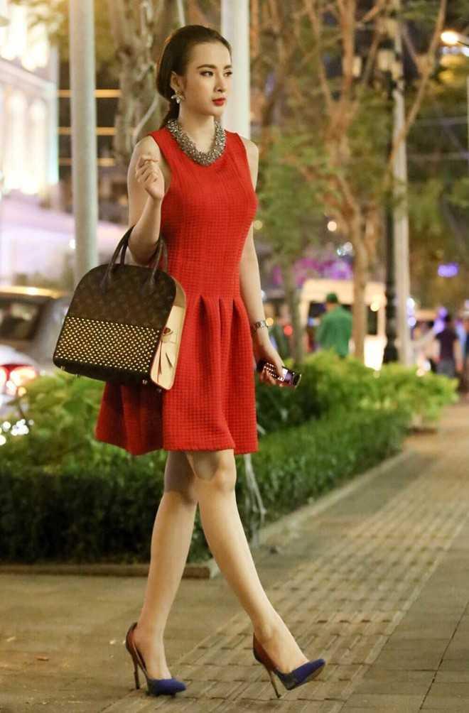 Trong một dịp xuống phố, nữ diễn viên 19 tuổi khoe chiếc túi hiệuLouis Vuitton vừa sắm sửa,có giá khoảng 8.000 USD (170 triệu đồng). Ngoài ra, người đẹp còn dùng đồng hồ gần 400 triệu và điện thoại Vertu dòng mới nhất. Nữ ca sĩ cũng hé lộ, đây là sản phẩm túi trong dòng Iconoclasts mới ra mắt vào tháng 10 trong dự án kỷ niệm 160 năm thành lập của thương hiệu Louis Vuitton.