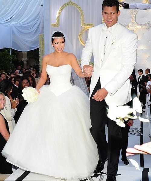 Ở đám cưới đầu tiên với ngôi sao bóng rổ Kris Humphries hồi năm 2011, Kim mặc váy cưới hiệu Vera Wang có giá 75.000 USD. Tuy nhiên, cuộc sống hôn nhân của cô chỉ kéo dài vỏn vẹn trong 2 tháng.