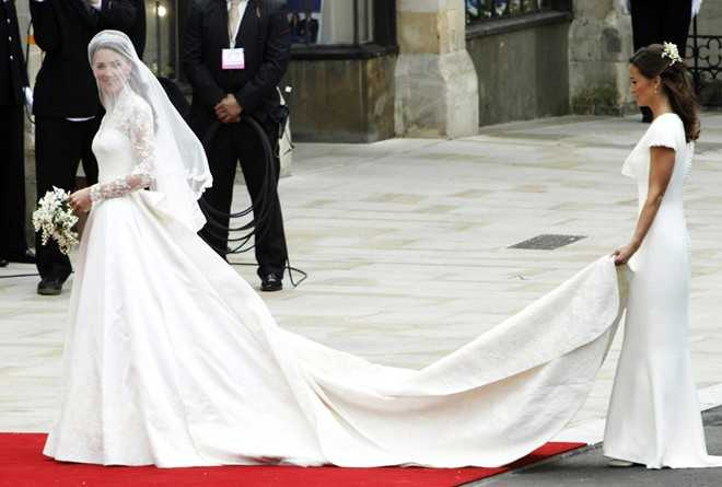 Một trong những mẫu váy cưới để lại dấu ấn mạnh mẽ nhất trong lòng giới mộ điệu là váy cưới năm 2011 của công nương Kate Middleton. Chiếc váy hiệu Alexander McQueen có giá 400.000 USD. Nhờ mẫu thiết kế này, Sarah Burton được tạp chí Harper's Bazaar vinh danh là Nhà thiết kế của năm.