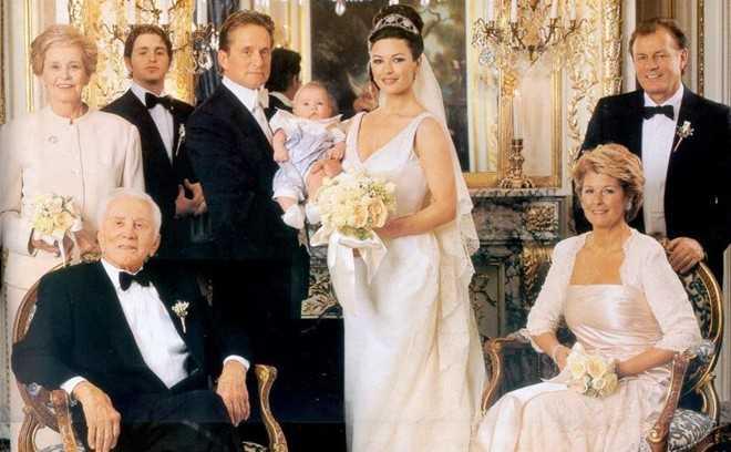 Catherine Zeta-Jones kết hôn với tài tử Michael Douglas vào năm 2000. Trong lễ cưới, người đẹp mặc bộ đầm cổ chữ V gợi cảm của thương hiệu Christian Lacroix. Chiếc váy có giá khoảng 140.000 USD.