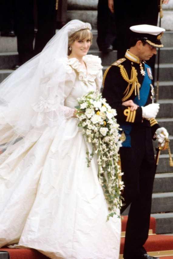 Đã hàng chục năm trôi qua nhưng váy cưới công nương Diana mặc trong lễ cưới với thái tử Charles năm 1981 vẫn được người hâm mộ nhớ đến. Chiếc váy dài hơn 7m, gắn 10.000 viên ngọc trai có giá dao động trong khoảng từ 115.000-150.000 USD.