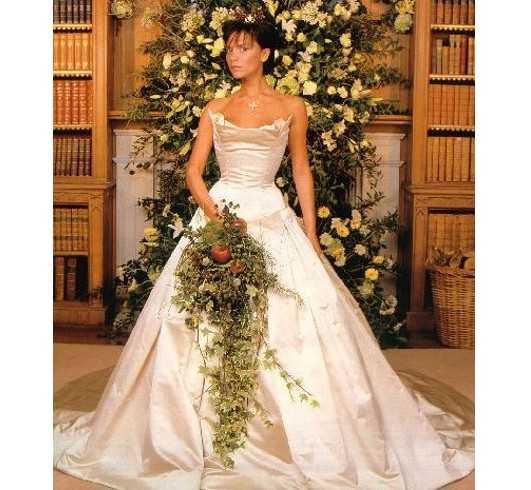 Năm 1999, Victoria kết hôn ngôi sao bóng đá David Beckham. Cô diện bộ đầm cúp ngực, làm từ chất liệu satin bóng của Vera Wang, có giá 100.000 USD.
