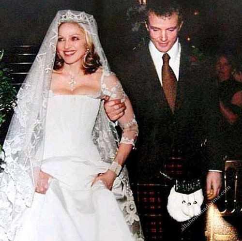 Thiết kế trị giá 80.000 USD của thương hiệu Stella McCartney đã giúp Madonna trở thành cô dâu xinh đẹp nhất trong ngày cưới với nhà sản xuất phim Guy Ritchie vào năm 2000. Tuy nhiên, cặp đôi chính thức đường ai nấy đi sau 8 năm.