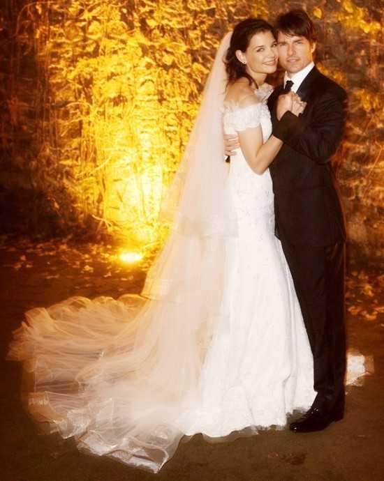 Váy cưới hiệu Giorgio Armani của nữ diễn viên xinh đẹp Katie Holmes có giá 50.000 USD. Cặp đôi Tom Cruise - Katie Holmes kết hôn vào năm 2006 và bất ngờ chia tay hồi tháng 6/2012, để lại nhiều tiếc nuối trong lòng người hâm mộ.