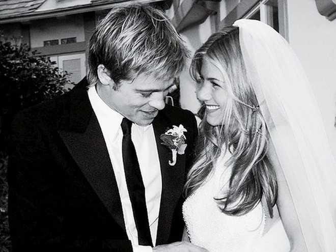 Khi kết hôn với tài tử Brad Pitt vào năm 2000, Jennifer Aniston cũng mặc chiếc váy cưới đắt giá (50.000 USD) của Lawrence Steele. Cặp đôi chính thức ly hôn vào tháng 10/2005. Hiện, Jennifer Aniston đang chuẩn bị làm đám cưới với đạo diễn Justin Theroux.