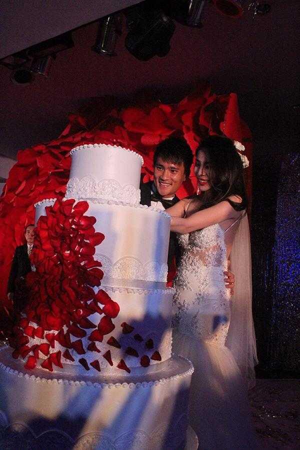 Công Vinh và Thuỷ Tiên cắt bánh cưới