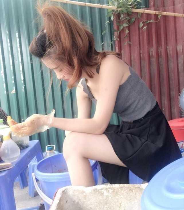 Nữ sinh bán bánh tráng trộn Hà Nội. Hình ảnh chụp lén              nữ sinhDương Linh Ly, quê Hà Tĩnh, sinh năm 1994, đang sinh sống tại Hà              Nội, hiện là sinh viên năm 3, khoa Tài chính,ĐH Kinh doanh Công nghệ              Hà Nội, lan truyền trên các trangmạng ngày 10/9. Hình ảnh cô gái với vẻ              ngoài xinh xắn, được dân mạng phong