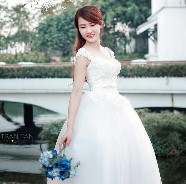 Linh Linh còn là người mẫu cho các của hàng thời trang. Từ khi nổi tiếng trên mạng, cô đắt show chụp ảnh hơn.