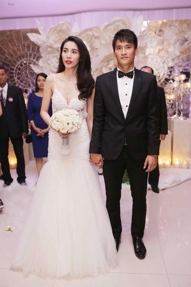 Chiếc váy cưới được đính pha lê cũng có giá trị nửa tỷ đồng