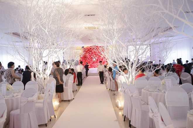 Quang cảnh bữa tiệc ở Kiên Giang, cặp đôi cũng phải bỏ ra hơn 2 tỷ cho những vật trang trí này