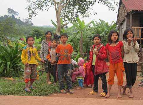 Những đứa trẻ con ở bản Ploang rất tò mò khi thấy người lạ