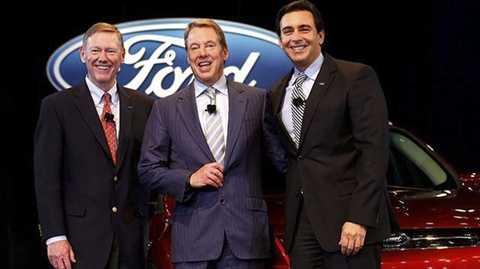 Cựu CEO Ford Alan Mulally (ngoài cùng bên trái) và CEO Ford hiện tại, Mark Fields (ngoài cùng bên phải).
