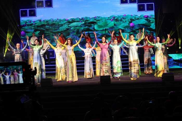 Hoa hậu, Á hậu Việt Nam thể hiện nét đẹp trong sáng, thánh thiện trong tà áo dài truyền thống