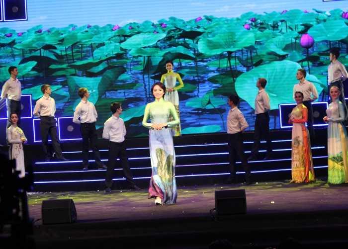 Hoa hậu Nguyễn Cao Kỳ Duyên đẹp rạng rỡ trong trang phục áo dài truyền thống