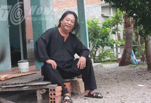 Ông giám đốc bảo tàng cổ vật Chăm giờ sống một mình với con gà ở khu resort bỏ hoang
