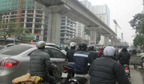 Sáng cùng ngày, giao thông trên đường Trần Phú cũng lâm vào cảnh ùn tắc. Lực lượng CSGT phải rất vất vả điều tiết giao thông tại khu vực này.