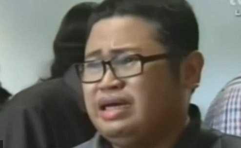 Người đàn ông khóc lóc đợi tin bạn trên chuyến bay QZ8501