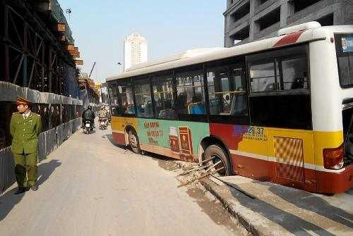 Chiếc xe buýt sụt hố ga ngay sát hiện trường vụ sập giàn giáo ngày 28/12