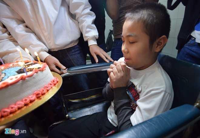 Đây là lần đầu tiên cậu bé tuổi được tổ chức sinh nhật. Cậu thổ lộ, bây giờ chỉ mong ước cho bố mẹ và người thân cho gia đình gặp thật nhiều may mắn. Tú hiểu rõ căn bệnh mình đang mang trên người, nhưng em vẫn rất lạc quan.