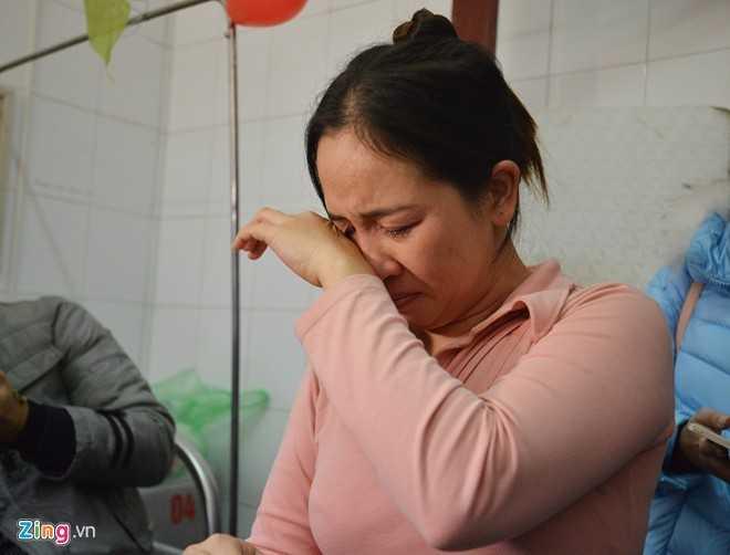 Chị Phạm Thị Nhung, mẹ của Tú không giấu được xúc động khi được mọi người tổ chức sinh nhật cho con mình. Chị cho biết, Tú rất ngoan và học giỏi. Em không đi được nên đã nghỉ học gần 3 năm nay.