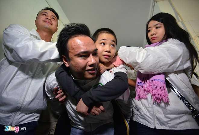 Tú rất vui khi được mọi người giúp đỡ và quan tâm. Cậu bé 10 tuổi không hề tỏ ra sợ hãi.