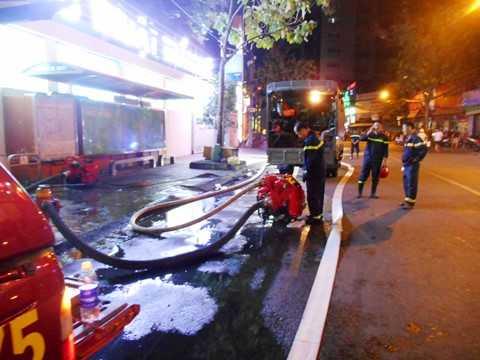 Nhiều máy nổ đẩy công suất nước dùng chữa cháy được mang đến hiện trường. Ảnh: Phan Cường