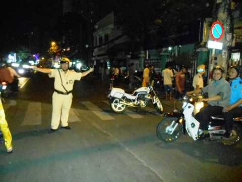 Lực lượng CSGT phân luồng giao thông trên đường Kỳ Đồng. Ảnh: Phan Cường