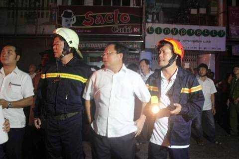 Ông Tất Thành Cang, Phó chủ tịch UBND.TP cũng đã có mặt tại hiện trường, trực tiếp chỉ đạo chữa cháy.