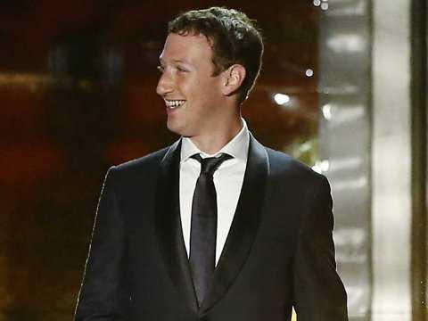 Mark Zuckerberg cười mãn nguyện sau một năm thành công rực rỡ với Facebook