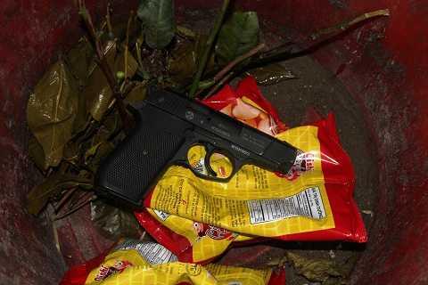Khẩu súng được tìm thấy trong xô rác