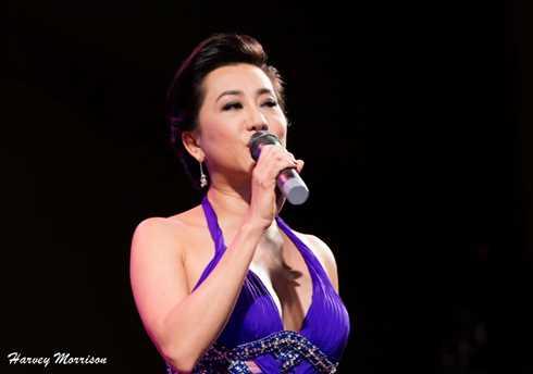 Nguyễn Cao Kỳ Duyên gợi cảm trong đêm nhạc của Chế Linh